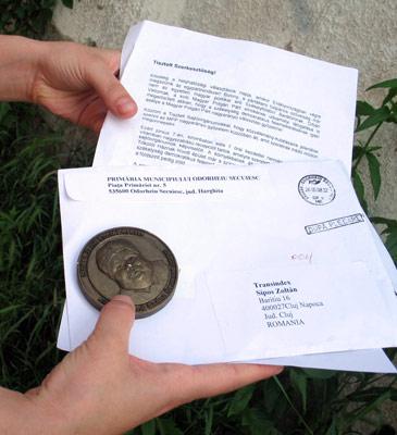 A plakettes küldemény a borítékkal